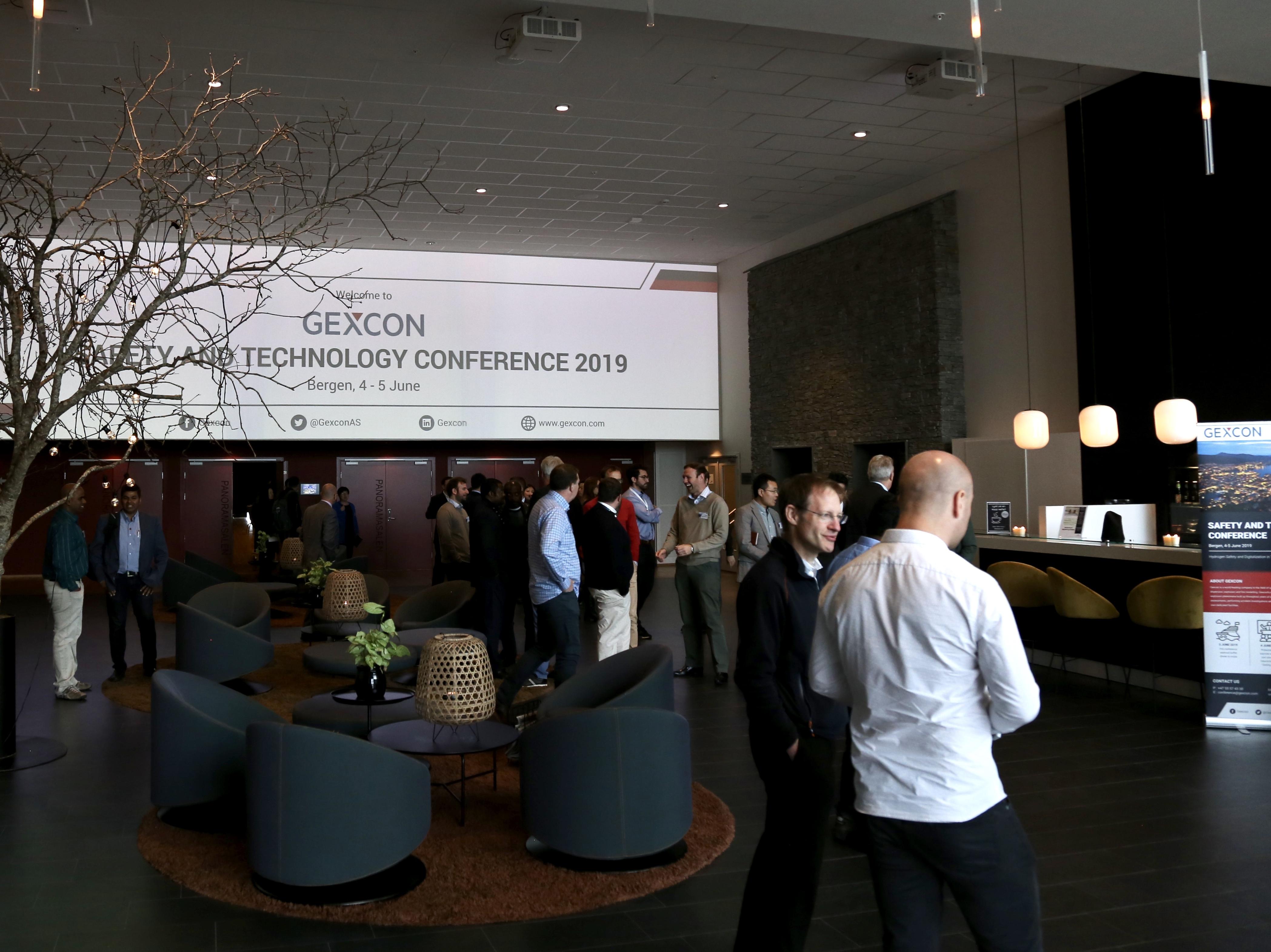 Diskusi antar peserta Konferensi Keselamatan dan Teknologi Gexcon 2019 di lobi utama Resort dan Hotel Panorama.