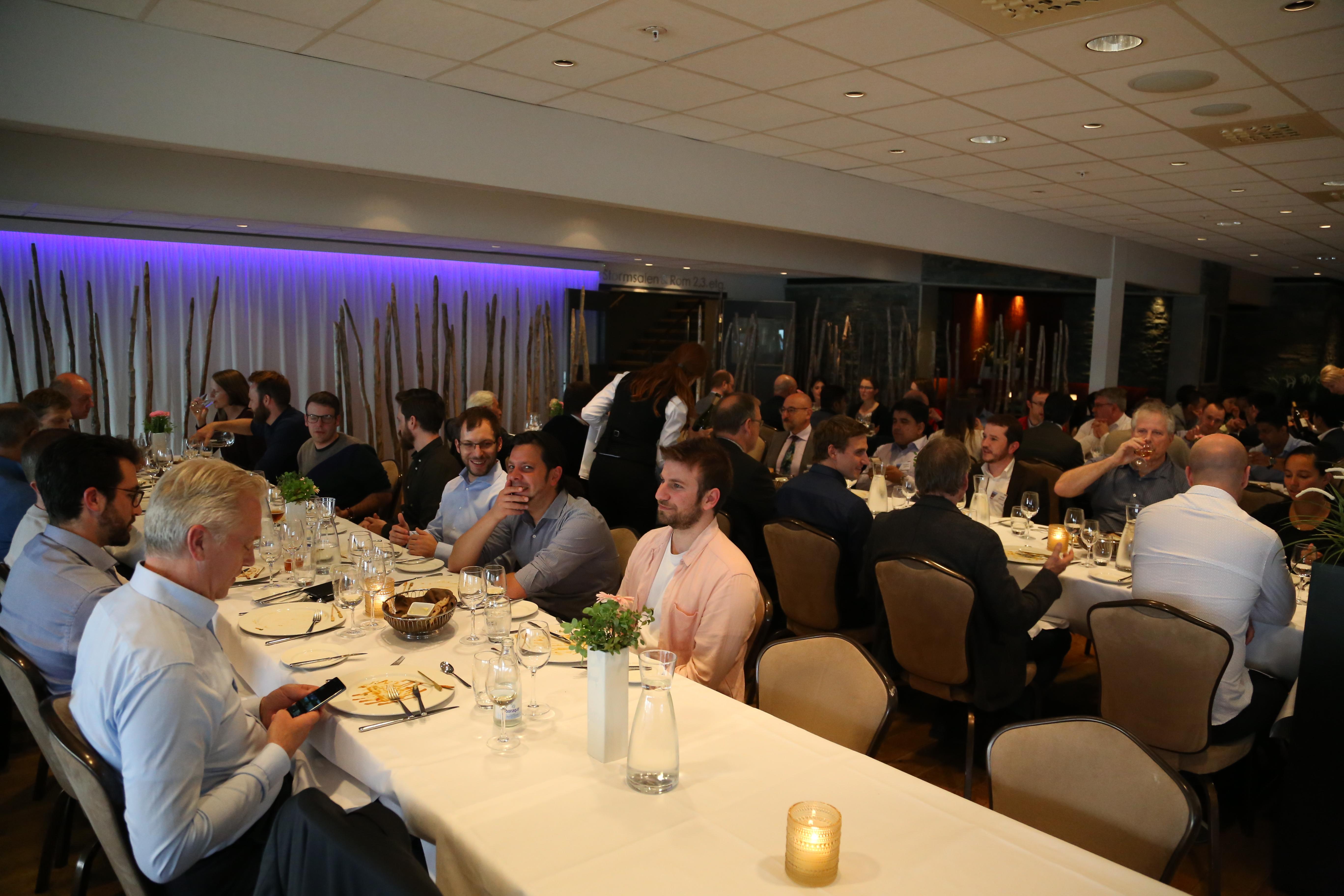 Sesi makan malam yang bertempat di restoran di Resort dan Hotel Panorama.