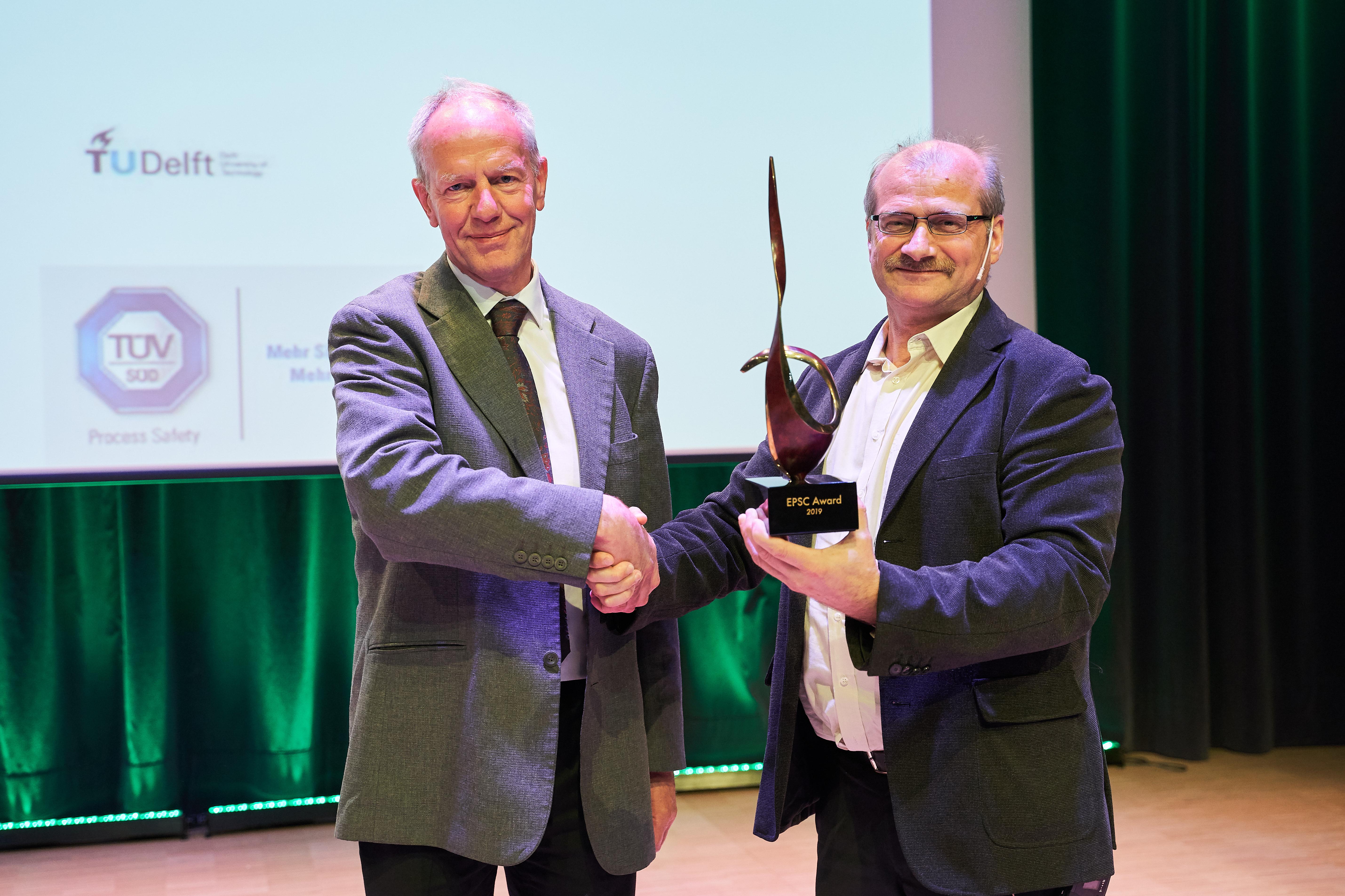 Dr. Kees van Wingerden menerima Penghargaan EPSC 2019 dalam International Symposium on Loss Prevention and Safety Promotion ke-16.