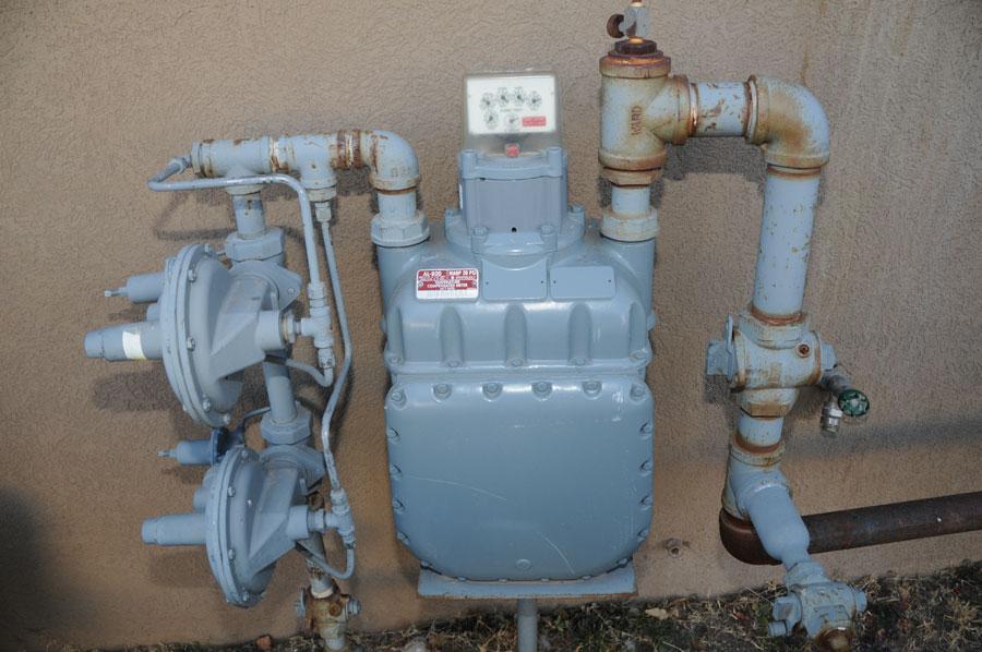 Natural gas regulator/meter set